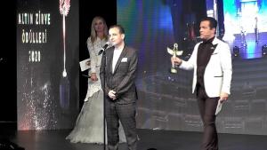 Ünlü Yaşam Koçu Mustafa Kılıç'a bir ödülde altın zirve ödül gecesinden